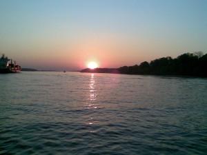 Sonnenuntergang von der Fähre aus gesehen