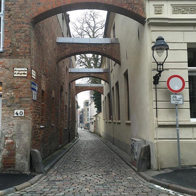Eine kleine Gasse in Lübeck. #gasse #lübeck #bchh17
