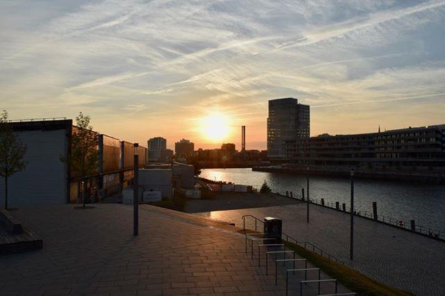 Sonnenuntergang in Hamburg #hamburg #hh_lieben #hh #sonnenuntergang #sonne #abendstimmung #hafencity #elbe #wasser #viewpointhafencityoint