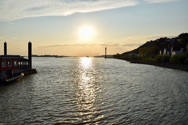 Sonnenuntergang über der Elbe in Blankenese. #hh_lieben #hh #hamburg #elbe #sonnenuntergang #wasser #sonne #romantik