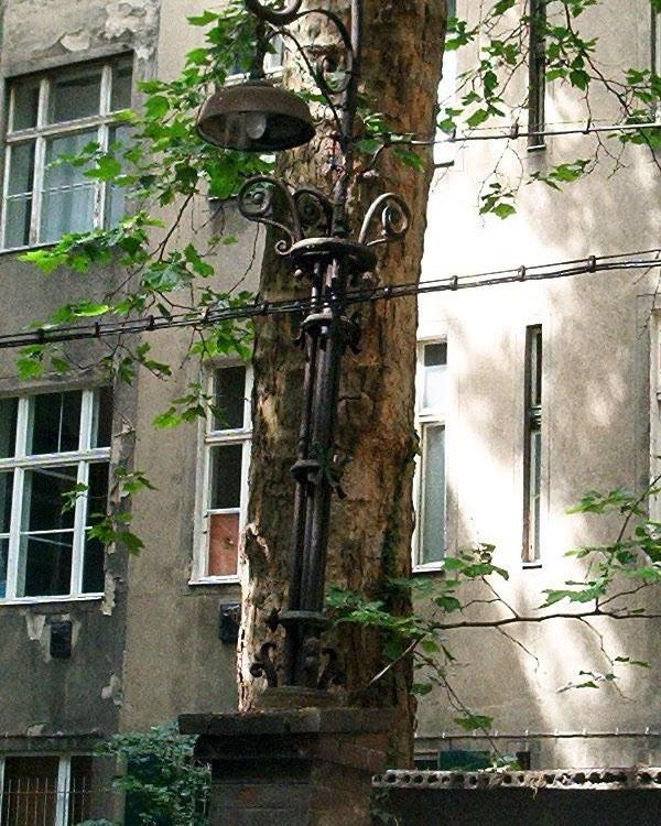 In einem Hinterhof in Berlin Friedrichshain im Jahre 2004. #berlin #friedrichshain #2004 #lampe #hinterhof