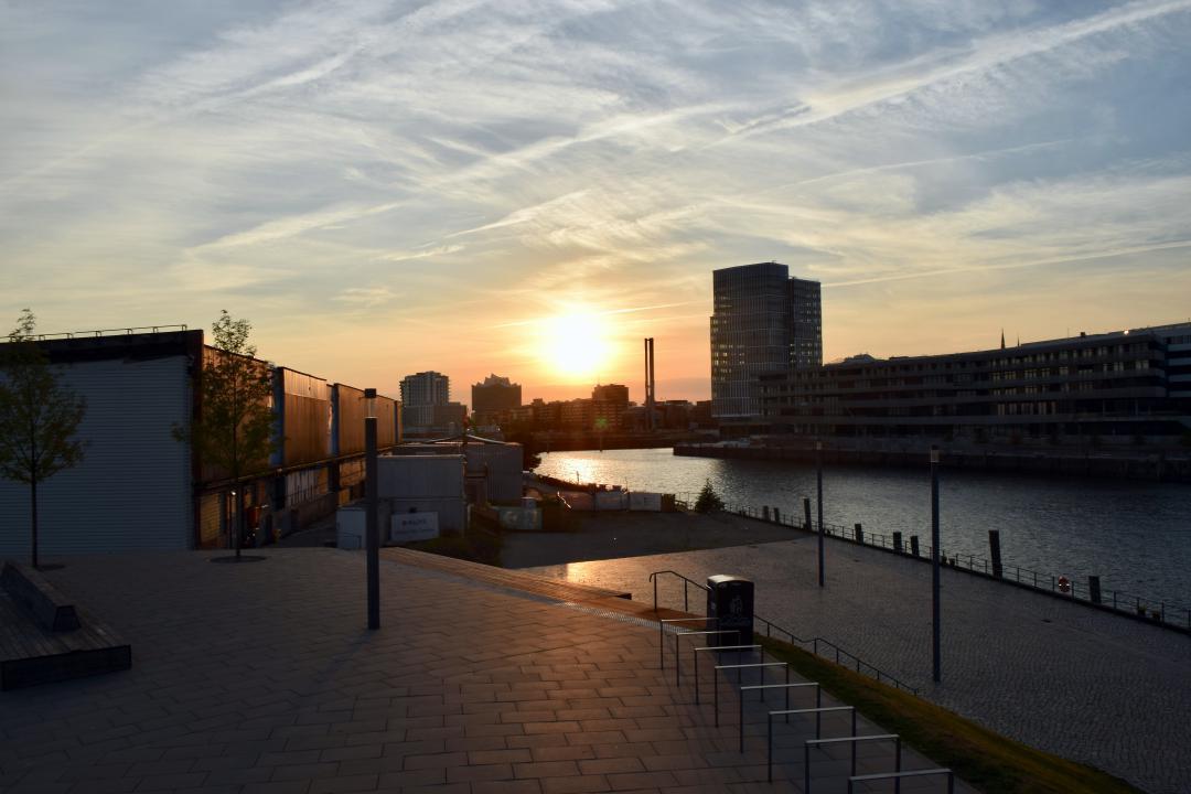 Blick in die Sonne vom HafenCity Viewpoint auf Baakenhöft in Hamburg.View into the sun from the HafenCity Viewpoint on Baakenhöft in Hamburg.#baakenhöft #hamburg #hh #hafencityviewpoint #hafencity #viewpoint #hh_lieben #sonne #wasser #abendstimmung #hh_love #sun #water #evening