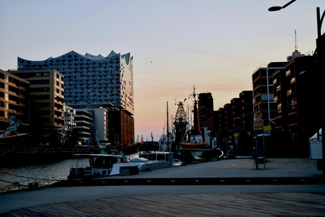 Ein menschenleerer Hafen in der Hafencity mit Blick auf die Elbphilharmonie.A deserted harbour in the Hafencity with a view of the Elbphilharmonie Concert Hall.#menschenleerer #Hafen #Hafencity #Blick #Elbphilharmonie #hh_lieben #hh #hamburg #elbe #wasser #schiffe #kran #sonne #sonnenuntergang #emptyofpeople #harbour #view #water #ships #crane #sun #sunset