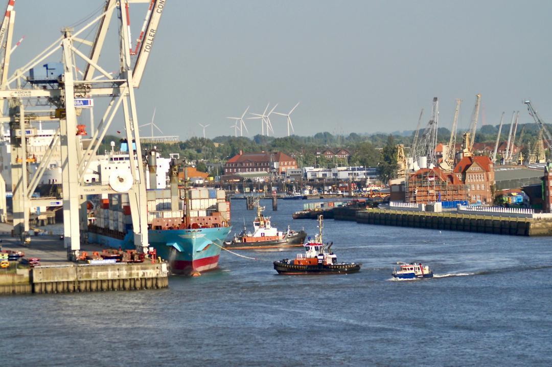 Der Hamburger Hafen im letzen Jahr.The port of Hamburg last year.#hamburg #hh #hh_lieben #schiffe #freihafen #schiff #schlepper #elbe #wasser #kräne #kran #sommer #hh_love #ships #freeport #ship #water #crane #summer