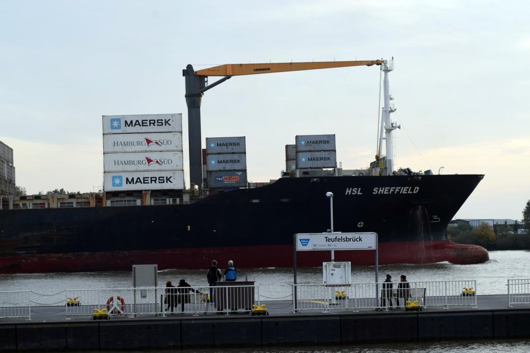 Heute mal ein großes Schiff, welches nur leicht beladen ist. Wie unschwer zu erkennen ist wurde das Foto am Anleger Teufelsbrück gemacht. Today a big ship, which is only lightly loaded. As you can easily see, the photo was taken at the pier Teufelsbrück. #großesschiff #schiff #beladen #foto #anleger #teufelsbrück #wasser #hamburg #hh #hh_lieben #elbe #sommer #bigship #ship #loaded #photo #dock #water #hh_love #summer
