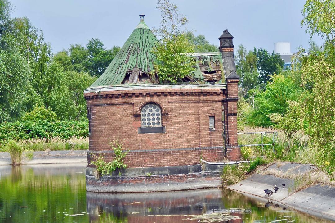 Eins der vielen kleinen Häuschen auf der Elbinsel Kaltehofe, Kaltehofe war früher das Klärbecken von Hamburg.One of the many small houses on the Elbe island of Kaltehofe, Kaltehofe used to be the sewage basin of Hamburg.#Häuschen #Elbinsel #Kaltehofe #Klärbecken #Hamburg #hh #hh_lieben #wasser #elbe #insel #kaltehofe #House #Elbinsel #Kaltehofe #Skärrbecken #water #island