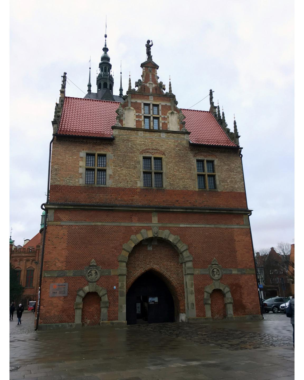 Heute wieder ein Foto aus der Ferne aus Danzig, hinter diesem Tor verbirgt sich das Bernsteinmuseum von Danzig.Today again a photo from a distance from Gdańsk, behind this gate hides the Amber Museum of Gdańsk.#Gdańsk #gdansk #danzig #museum #ambermuseum #bernsteinmuseum #tor #gate #foto #photo #reisen #travel