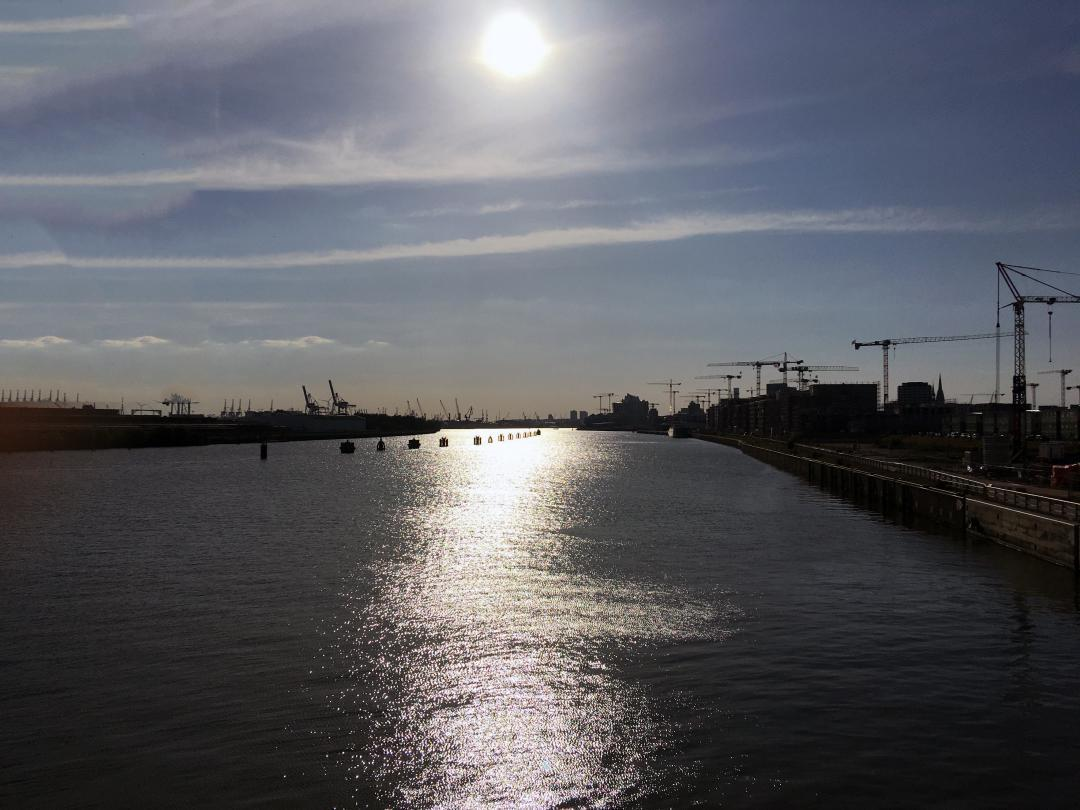 Blick in die Sonne Richtung elbabwärts, die Sonne wärmt und es ist schön draußen zu sein.Looking into the sun towards the Elbe downstream, the sun warms and it is nice to be outside.#blick #sonne #richtung #elbabwärts #wärmt #schön #draußen #elbe #hamburg #ubahn #hh #hh_lieben #wasser #kräne #kran #aussicht #view #sun #direction #downhill #beautiful #outside #subway #hh_love #water #cranes #crane #view