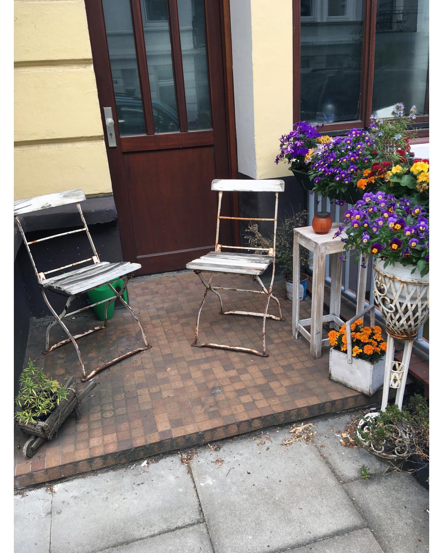 Zwei Stühle zum gemütlichen sitzen vor der Haustür.Two chairs to sit comfortably outside the front door.#zweistühle #stühle #gemütlichen #sitzen #haustür #blumen #twochairs #chairs #comfortable #sitting #doors #flowers #schopstrasse #eimsbüttel #eimsbush #hh #hamburg #hh_lieben
