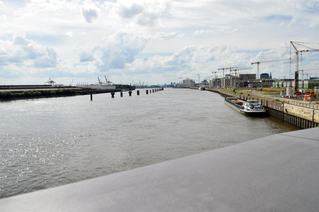 Heute mal wieder ein Bild in den Hafen hinein, von den U-Bahnhof Elbbrücken aus gesehen.Today again a picture into the harbour, seen from the underground station Elbbrücken.#bild #hafen #ubahnhof #elbbrücken #elb #wasser #ubahn #kräne #kran #schiff #hamburg #hh #hh_lieben #picture #port #station  #elb #water #cranes #crane #ship