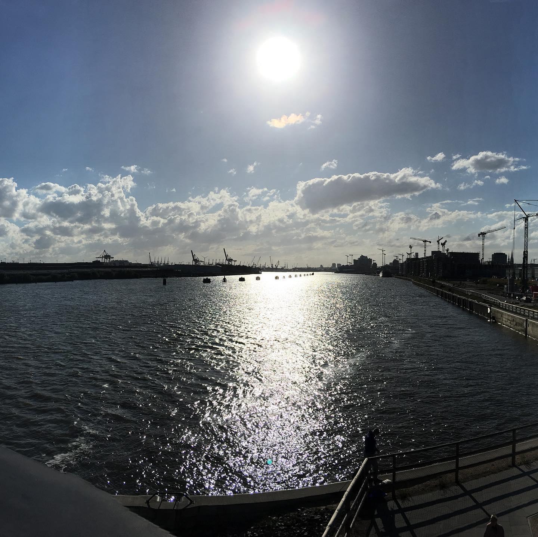 Heute mal wieder einen kurzen Ausflug an die Elbe gemacht.Today once again made a short trip to the Elbe.#ausflug #elbe #wasser #hafen #sonne #hamburg #hh #hh_lieben #elbbrücken #wolken #himmel #kräne #trip #water #port #sun #clouds #sky #cranes