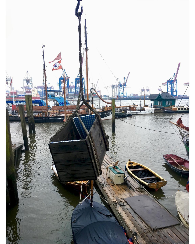 Da hängt eine Holzkiste im Övelgönner Hafen, einfach so.There is a wooden box hanging in the Övelgönner harbour, just like that.#hängt #holzkiste #övelgönnerhafen #övelgönne #elbe #wasser #hafen #schiffe #kräne #museumshafen #hanging # wooden box #övelgönnerharbour #same #water #harbour #ships #cranes #museumharbour